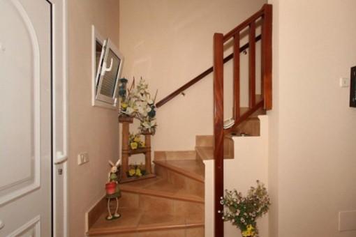 Entrada con acceso al piso superior