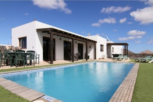 Detached and furnished villa with lovely mountain and sea views in Villaverde, Fuerteventura