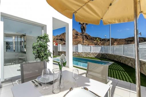 Terraza al lado de la piscina